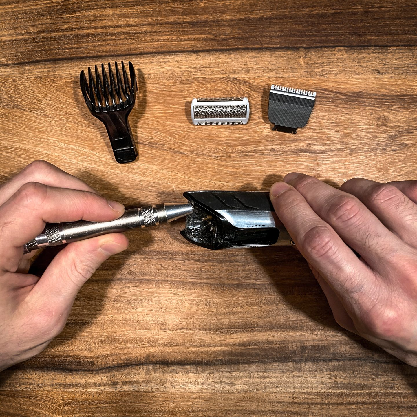 Electronic shaver is opened to change the batterie. This measure protects the climate
